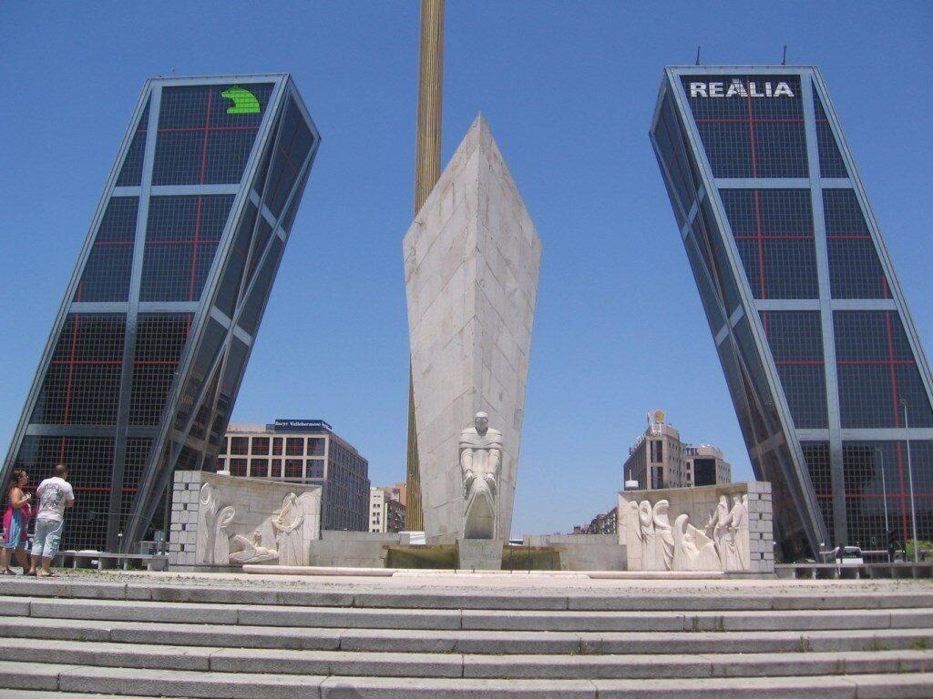 Обелиск в центре Мадрида
