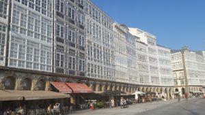 Застекленные белоснежные фасады украшают город