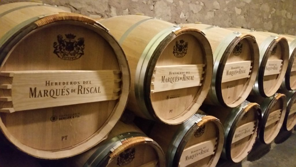 Посещение залов выдержки в винодельне Маркиз де Рискаль