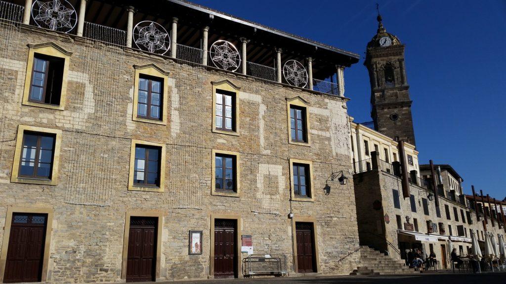 Знакомство с особенностями архитектуры исторических зданий столицы Страны Басков