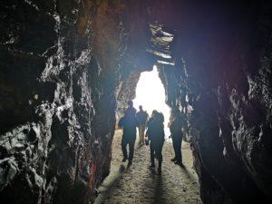 Люди посещают пещеры и гроты Катедралес во время отлива