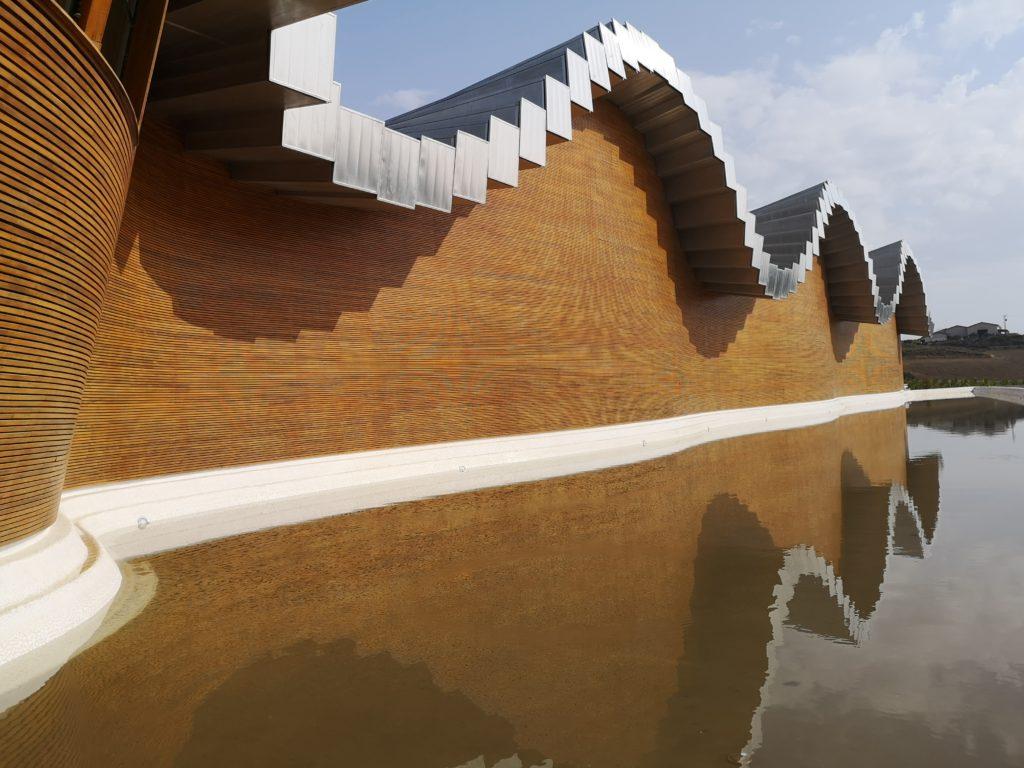Посещение современных зданий виноделен Риохи