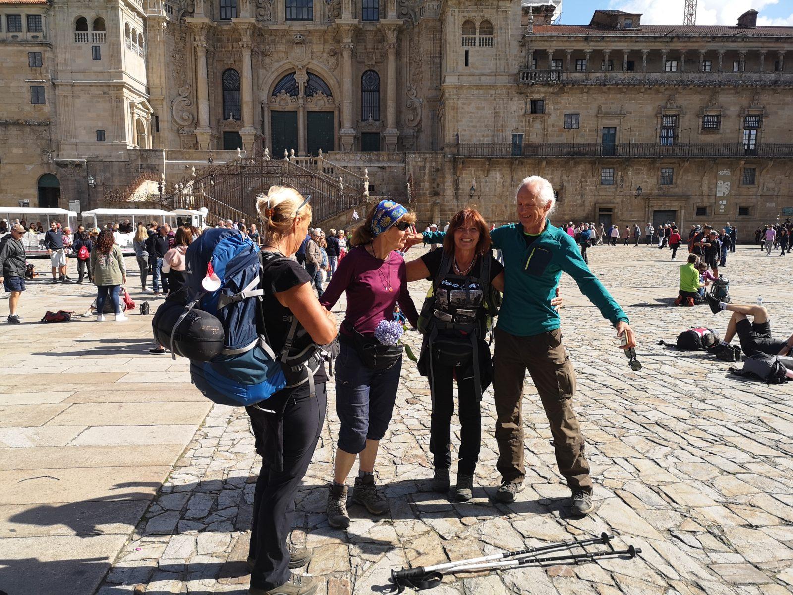 Паломники на площади перед собором Сантьяго