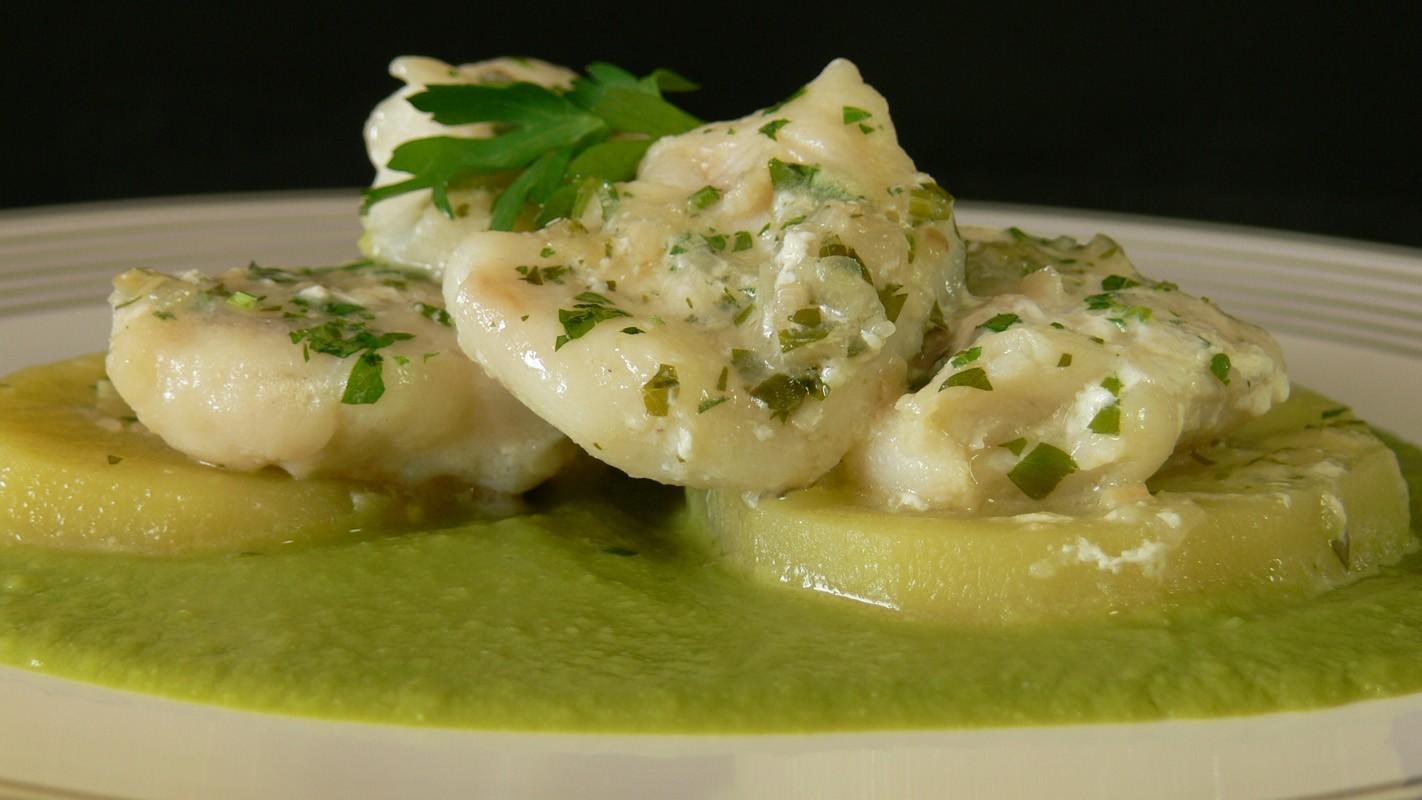 Mero ensalsa - Каменный окунь в соусе. Как правило, готовится в соусе из морепродуктов с добавлением чеснока, петрушки и белого вина.