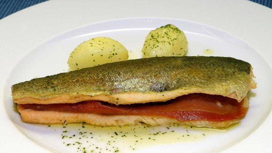 Truchas a la navarra – форель, фаршированная хамоном серрано и обжаренная в оливковом соусе.