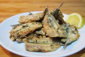Boquerones fritos – жаренные на оливковом масле анчоусы, подаются с долькой лимона.