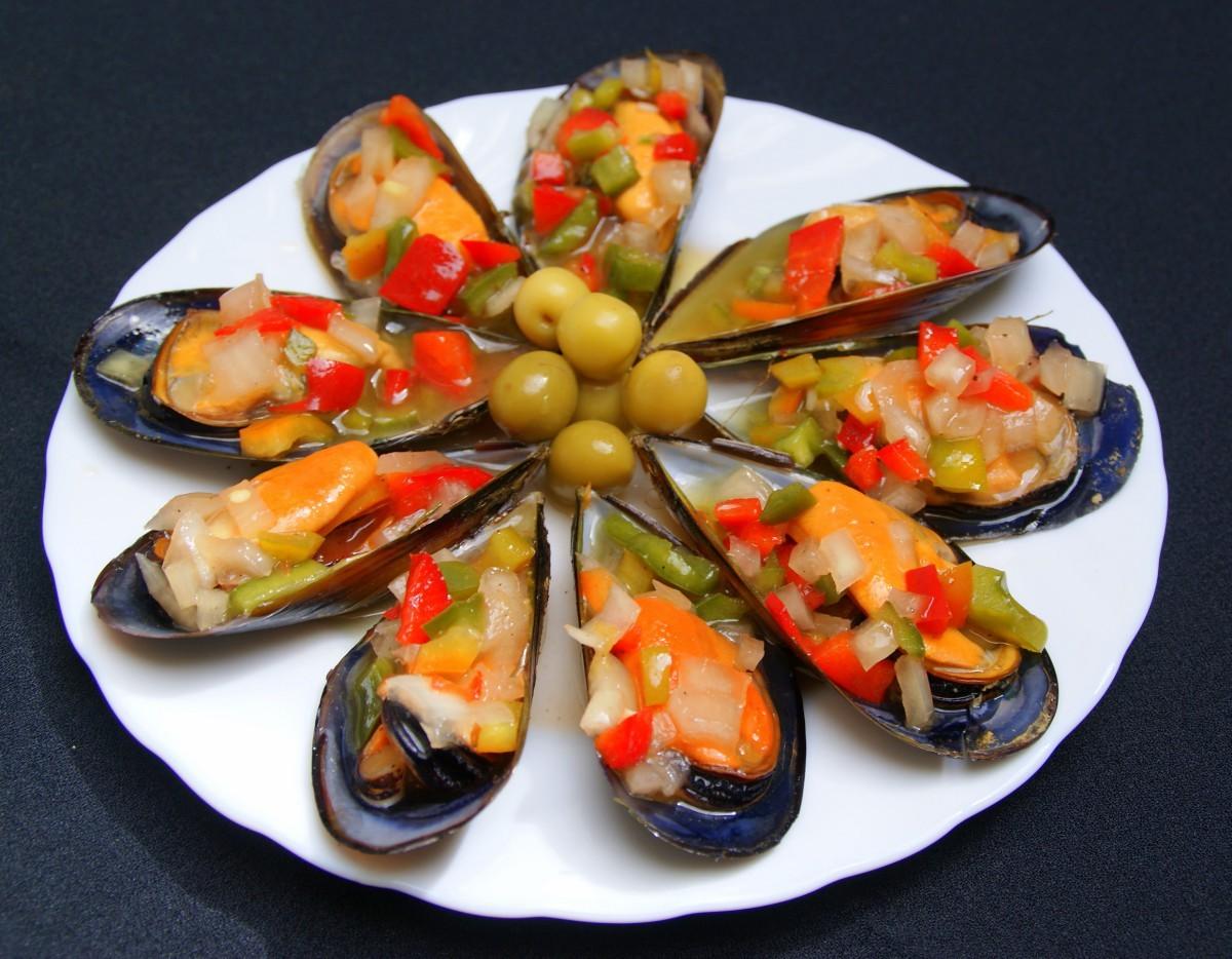 Mejillones a la vinagreta – мидии с винегретом. Вареные мидии подаются в собственных створках и сверху посыпаются маринованной в уксусе и оливковом масле смесью из мелко нарубленных овощей.