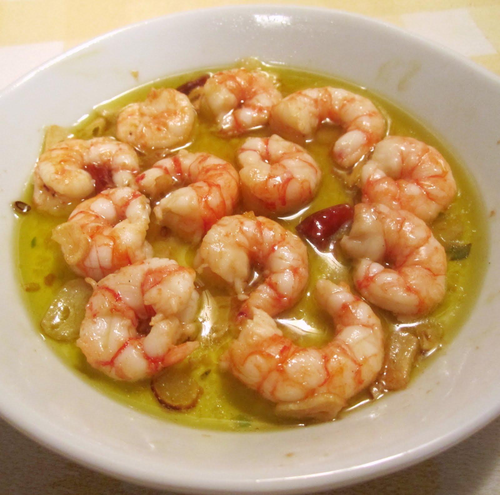 Gambas al ajillo – очищенные креветки, приготовленные на оливковом масле с чесноком и перцем.