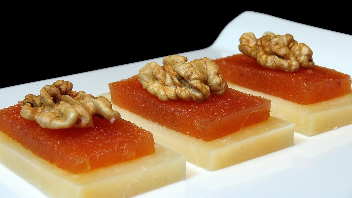 Queso con membrillo – сыр с мармеладом из айвы. Часто подается с грецкими орехами.