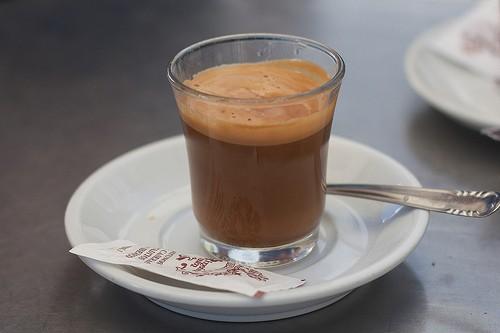 Cafe cortado – черный кофе с небольшим количеством (10%) молока.