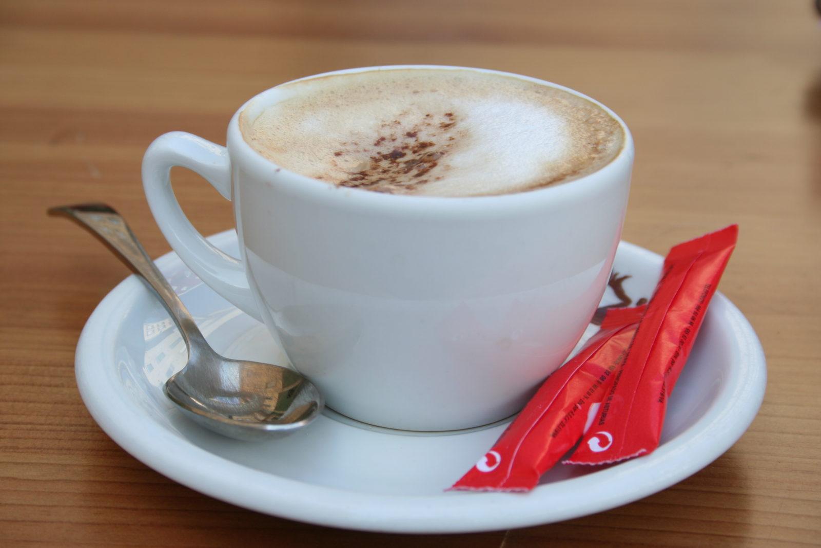 Cafe con leche – черный кофе с молоком. Часто готовится как капучино.