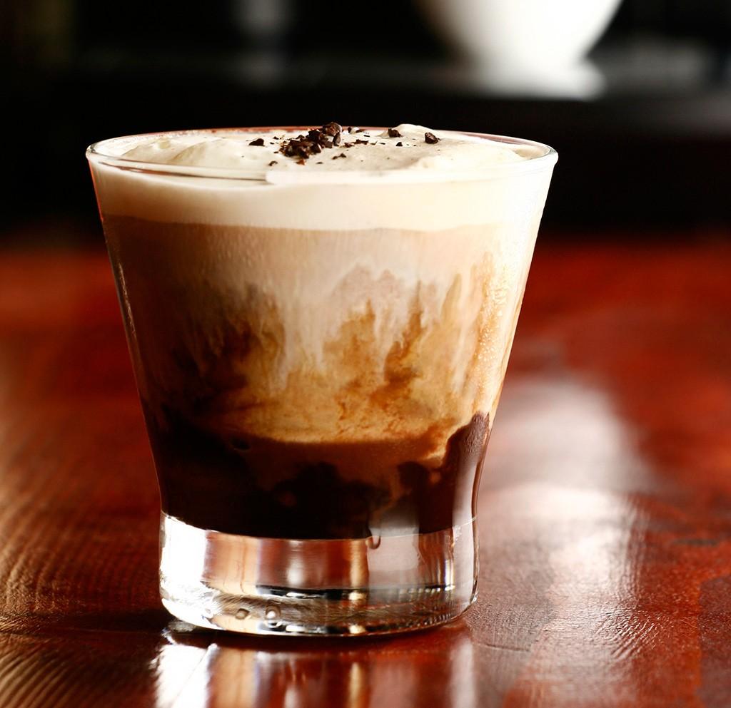 Cafe Escoces – шотландский кофе . Черный кофе с виски и ванильным мороженным.