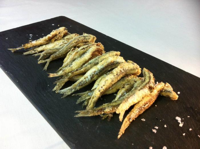 Boquerones fritos – жаренная хамса на оливковом масле.