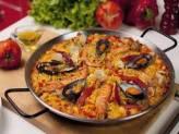 Paella– блюдо из риса, подкрашенного шафраном, приготовленное на специальной сковородке с добавлением оливкового масла. В паэлью добавляют как мясо, так и морепродукты. В каждом регионе Испании имеется свой уникальный рецепт приготовления этого блюда.