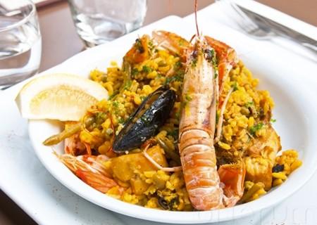Arroz a la marinera – «Рис по-флотски». Рис с морской рыбой, морепродуктами, кальмарами и зеленым перцем
