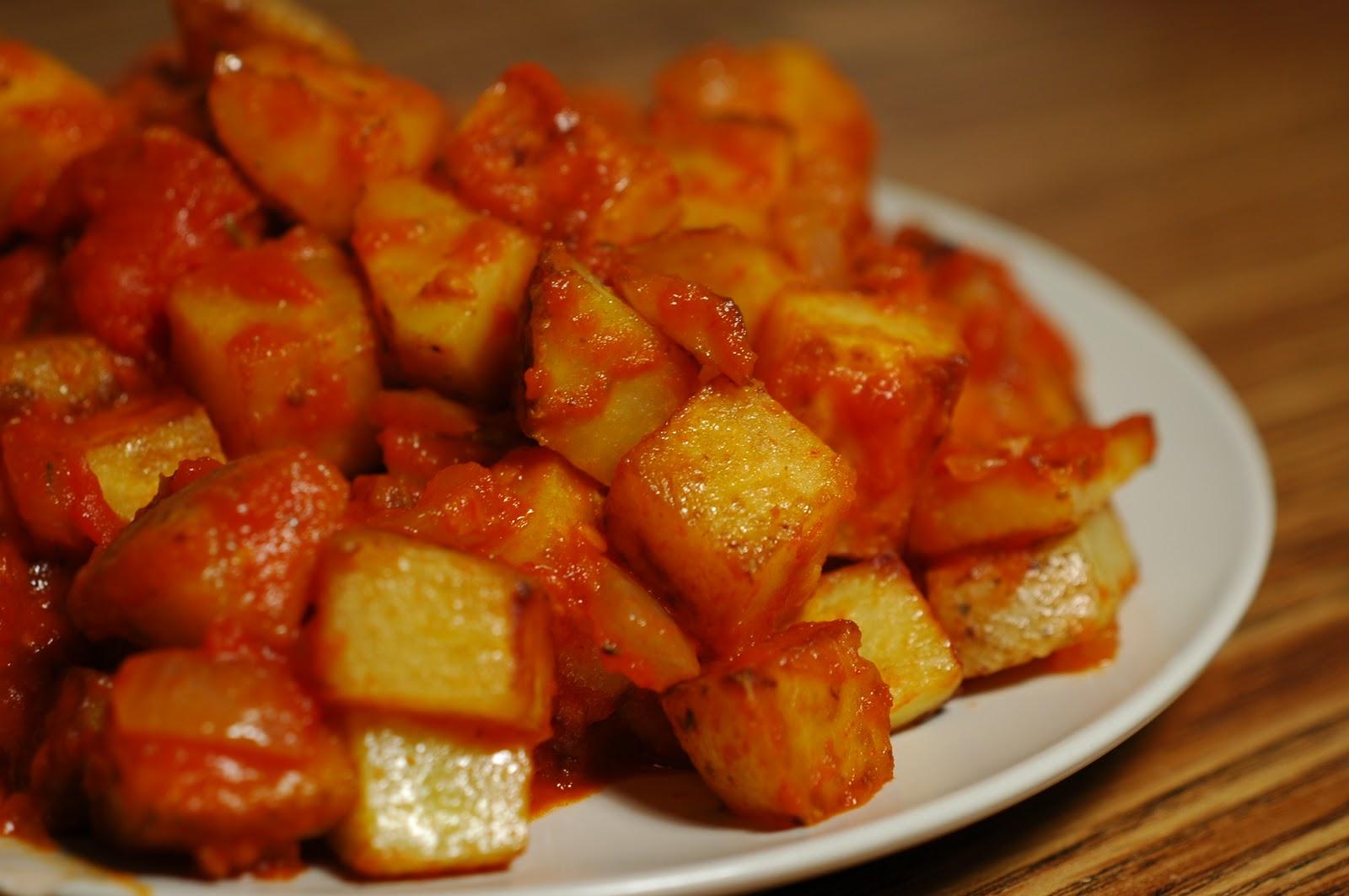 Patatas Bravas – кусочки вареного, затем обжаренного в масле картофеля в остром томатно- перченом соусе.