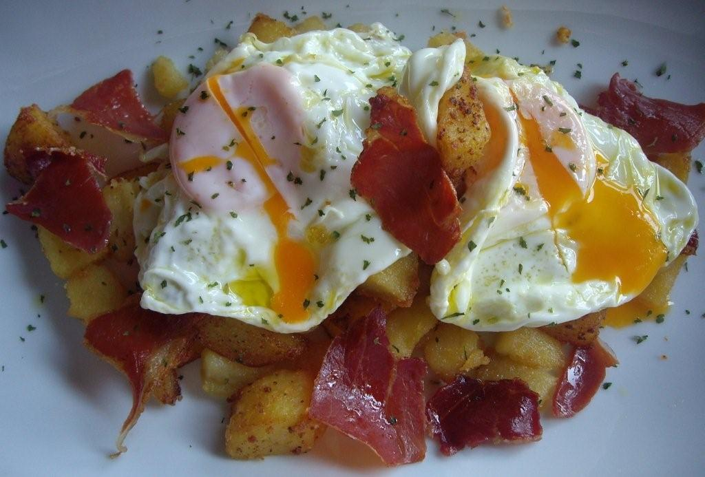Huevos estrellados – яичница, которая подается сверху жаренного на оливковом масле картофеля.