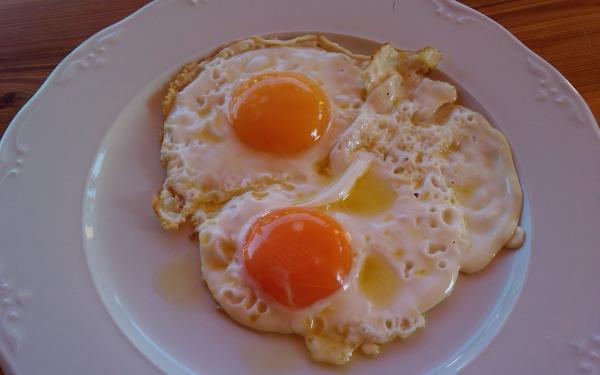 Huevos fritos – жареные в большом количестве оливкового масла яйца. Как правило, желтки не прожариваются.