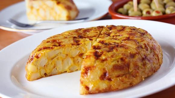 Tortilla – картофель обжаренный с луком на оливковом масле с добавлением большого количества яиц. Может быть с различными начинками.