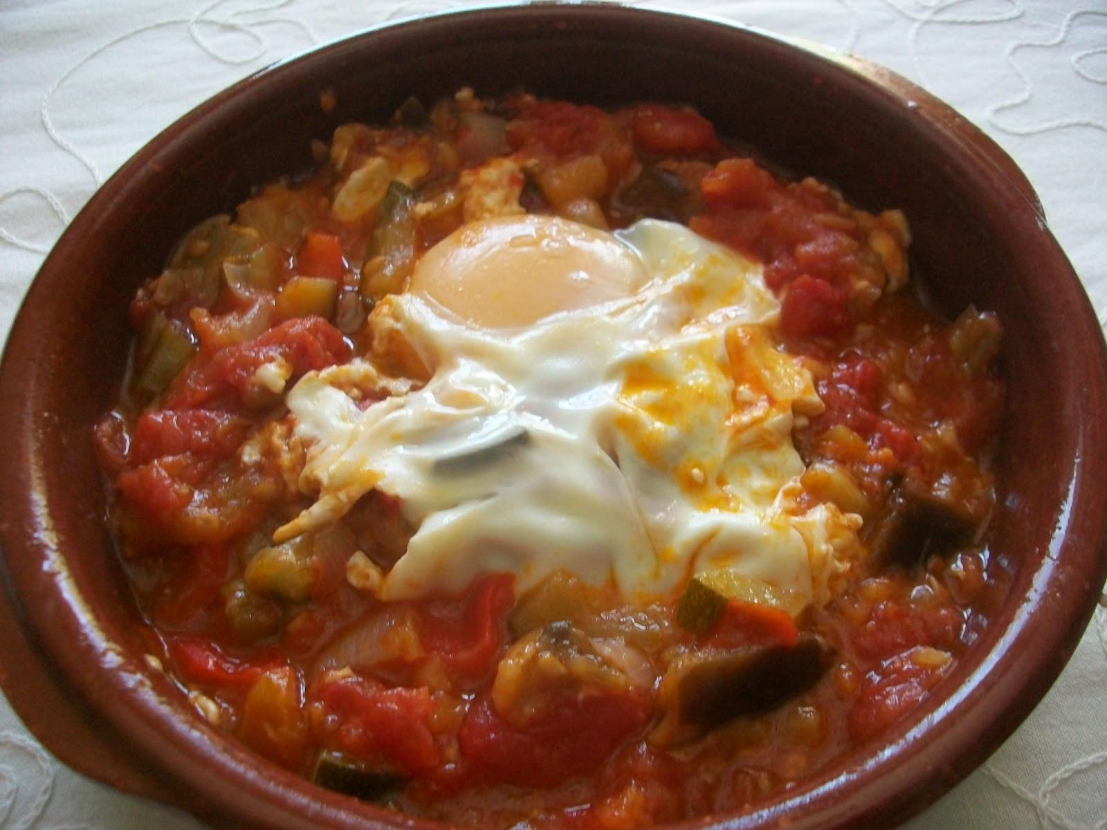 Pisto– овощное блюдо из баклажанов, кабачков, лука и томатов, похожее на рататуй, обычно подается теплым с яичницей и хлебом.