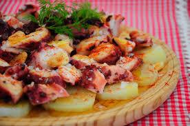 Pulpo a la gallega – осьминог по-галисийски. Вареный осьминог, нарезанный небольшими кусочками, политый оливковым маслом и сверху посыпанный паприкой.