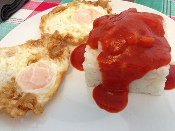 Arroz a la cubana – «Риспо-кубински». Рис с жареными яйцами, подается с томатной пастой.