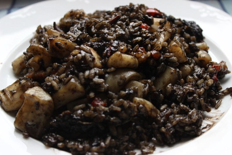 Arroz negro – «черный рис». Рис с морепродуктами. Черным цветом рис обязан чернилам кальмаров.