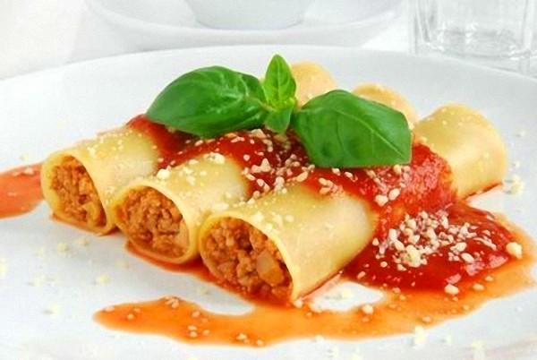 Canelones – запеченные рулеты из макаронного теста с начинкой из мяса (decarne) или тунца (deatun). Подаются с томатным соусом