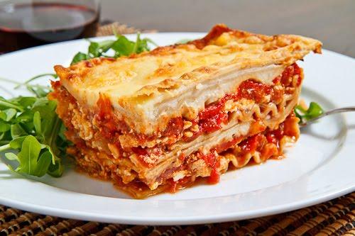 Lazaña –Лазанья. Слоеный пирог из макаронного теста с начинкой из фарша (de carne) или овощей (vegetal), запеченный в томатной пасте и соусе бешамель.