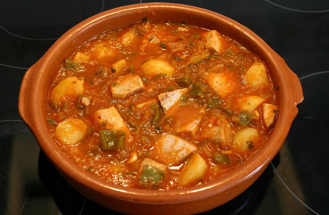 Marmitako– тунец, тушенный с картофелем и овощами в специальной глиняной кастрюле Мармите.