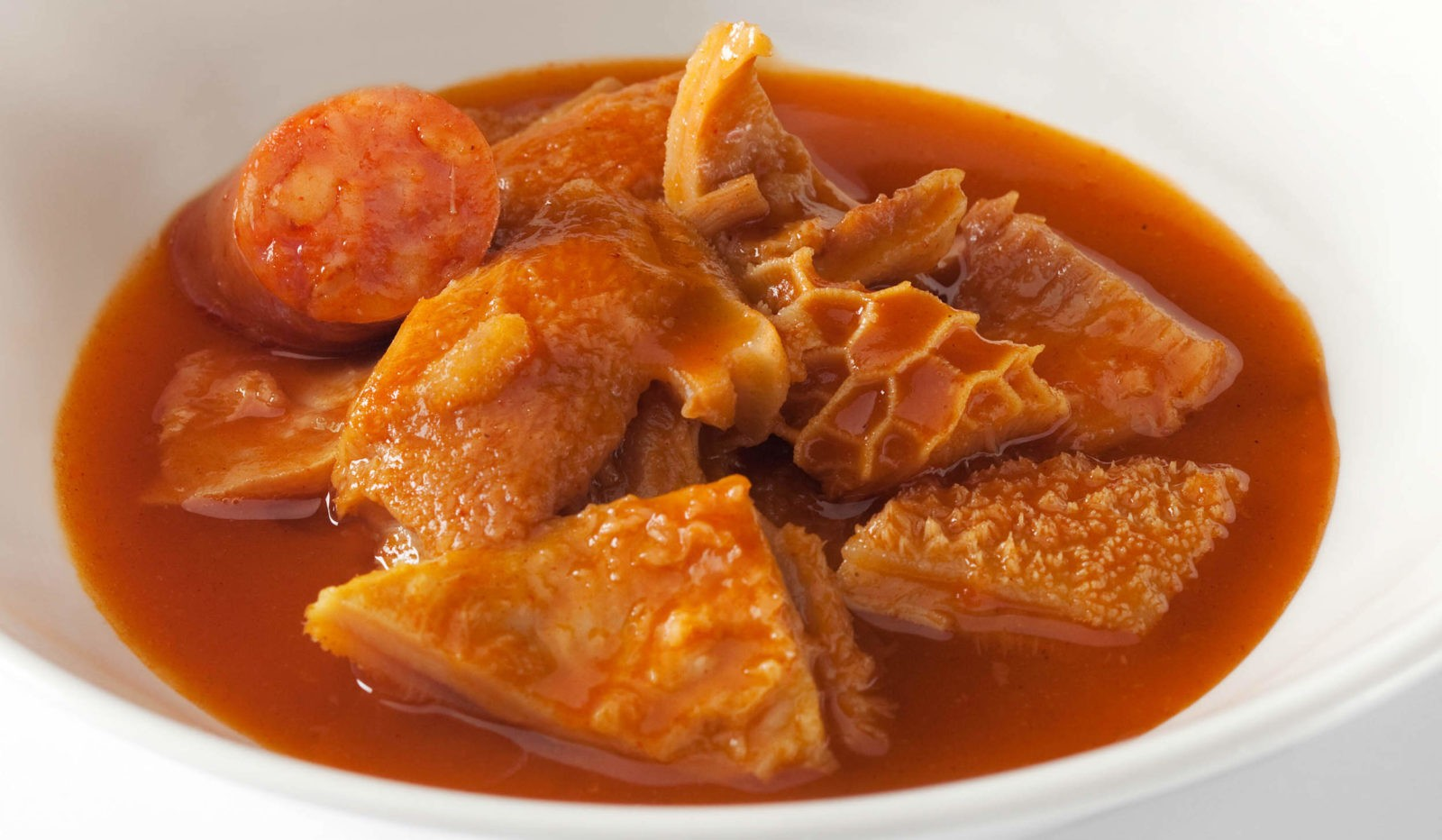 Callos – кусочки говяжьего желудка, предварительно вымоченные в уксусе и тушеные с разными колбасками (как правило, с морсильей и чоризо) с добавлением паприки, острого перца, мускатного ореха, лука, чеснока и томатной пасты.