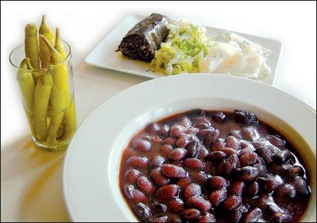 Alubias de Tolosa – тушеная молодая черная фасоль из Толосы с беконом и колбасками. Обычно, подается с острыми консервированными перчиками (guindillas)