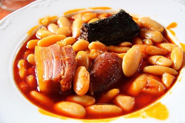 Fabada asturiana – наваристая астурийская похлебка из белой фасоли с салом, колбасками и хамоном.