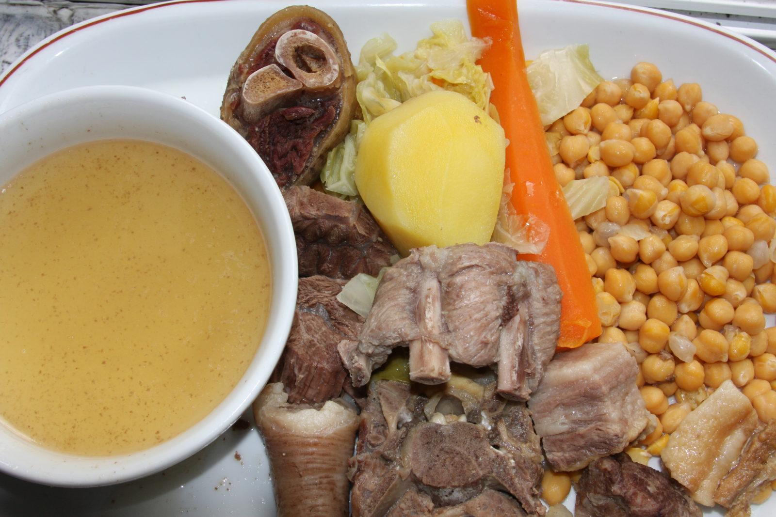 Cocido madrileño –жаркое по-мадридски. Подается в три захода. Сначала бульон, затем тушеное мясо различных видов: говядина, свинина, кусочки цыплёнка, и турецкий горох с колбасками.