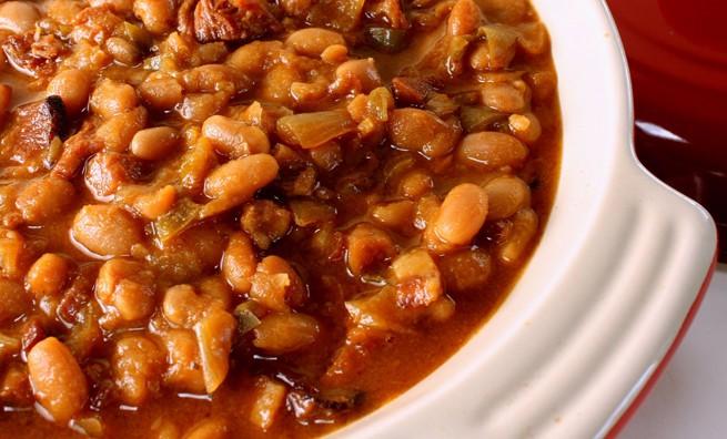 Cocido montañes – жаркое из белой фасоли и капусты с добавлением сала и колбасок.