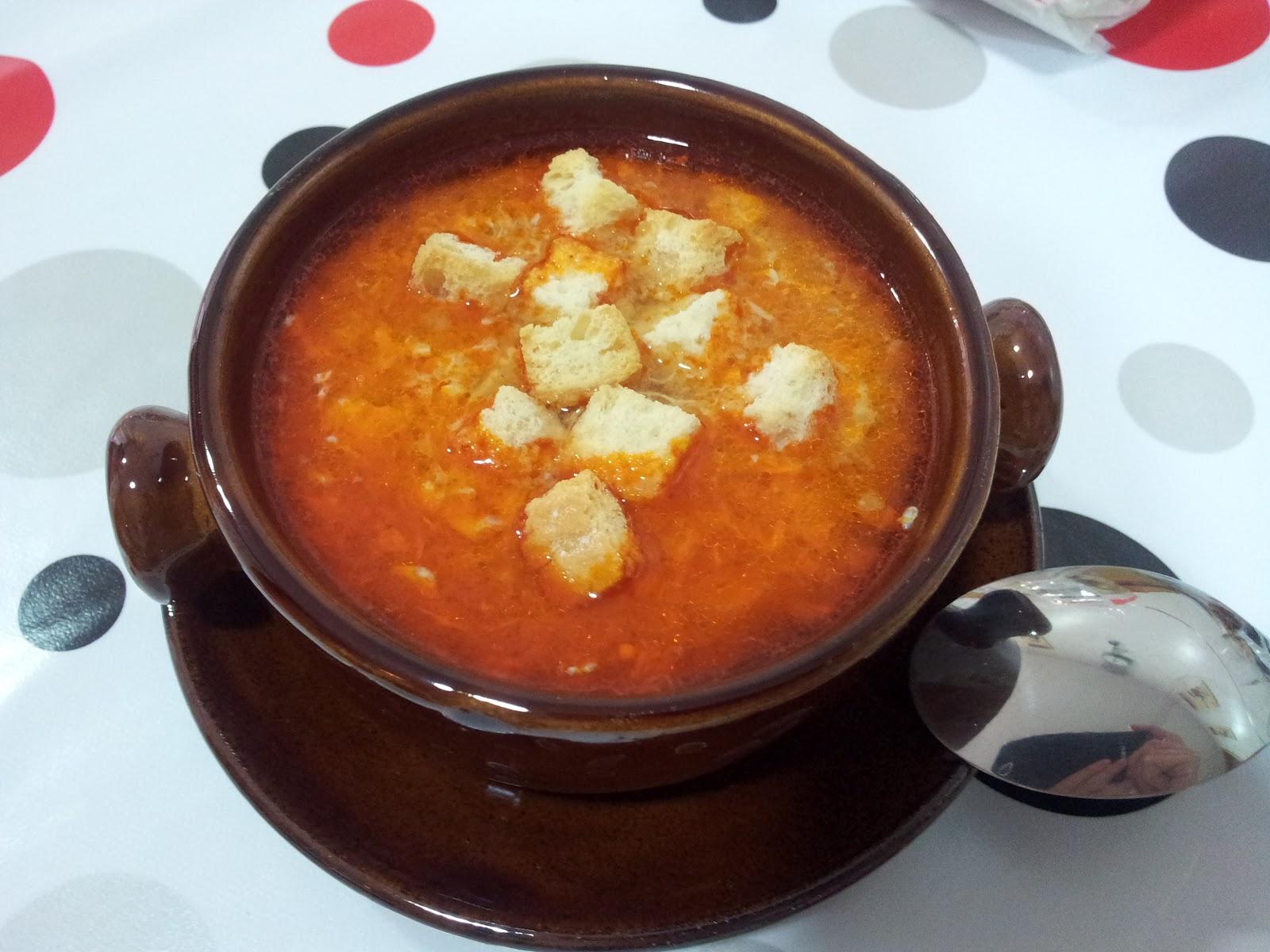 Sopa de ajo –чесночный суп с кусочками обжаренного хлеба.