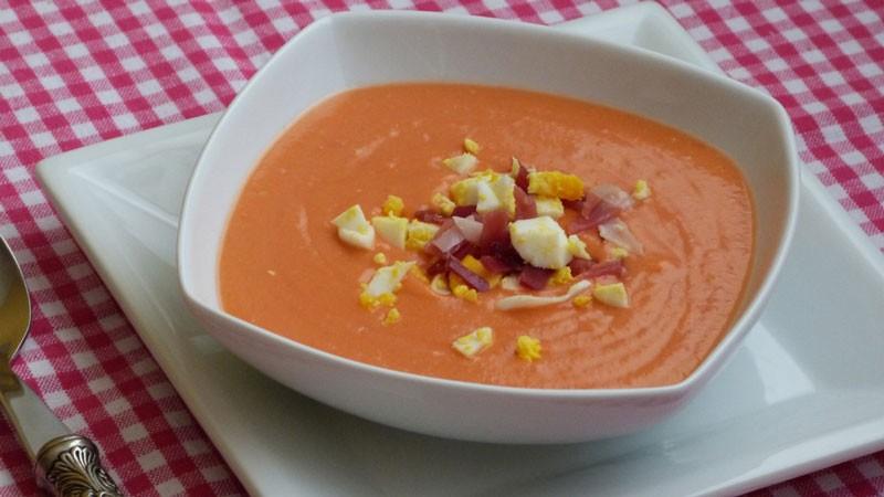 Salmorejo – холодный суп-пюре из помидоров, сладкого перца, лука и чеснока с добавлением оливкового масла. Очень похож на гаспачо, но более густой. Подается с мелко нарезанным вареным яйцом и хамоном .