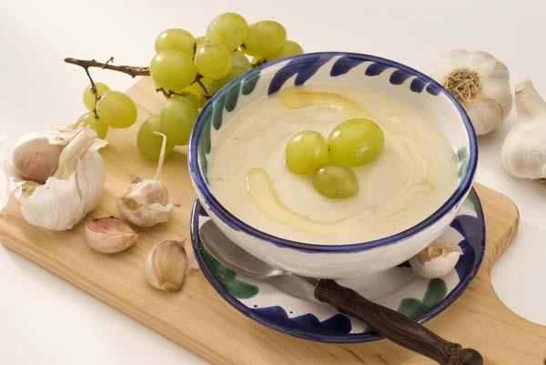 Ajoblanco – холодный чесночный крем-суп с хлебом, миндальными орехами и фруктами.