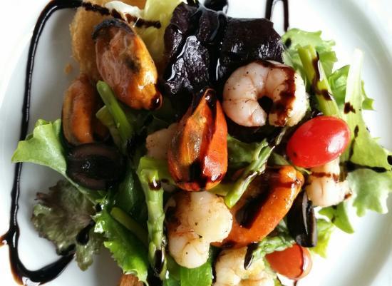 Ensalada templada de marisco – теплый салат из морепродуктов. Вариантов приготовления очень много.