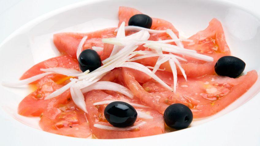 Ensalada de tomate - Салат из свежих томатов с луком или чесноком, заправленный оливковым маслом.