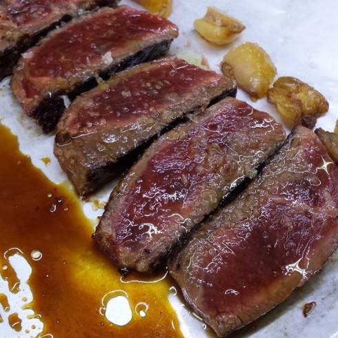 Lomo de lbuey / cerdo –приготовленная на гриле говяжья / свиная лопатка. (на фото говядина).