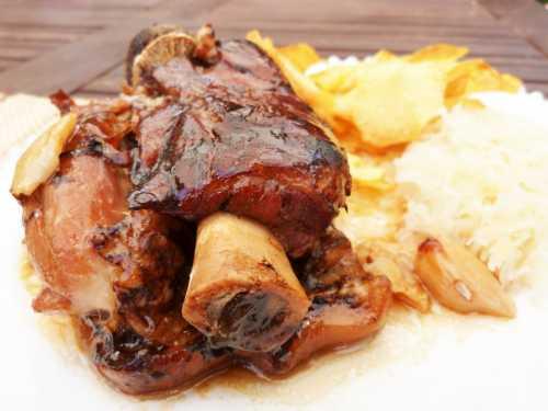 Codillo – плечевая часть свиной туши на кости, обваренная в бульоне со специями и слегка запеченная, подается с картофельным пюре и тушеной капустой.