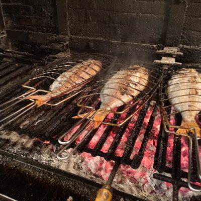 дегустация рыбы приготовленной на углях в Стране Басков